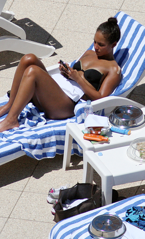 Alicia Keys Relaxing By Pool In A Bikini (USA ONLY)