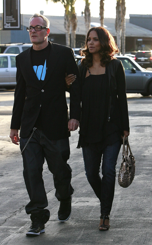 EXCLUSIVE: Halle Berry & Mystery Man Arriving At Bergamot Statio