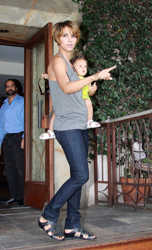 Halle Berry Leaving The Barefoot Restaurant On 3rd St. With Her