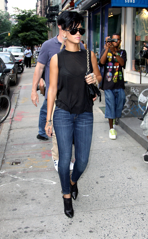 rihanna shopping 160709