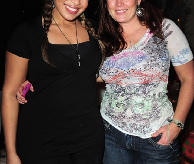 Jordin Sparks And Her Mother Jodi Posed For Pics At Eden Roc Resort In Miami Beach Last Night Does Jordin Favor Her Mother More Mother And Daughter When